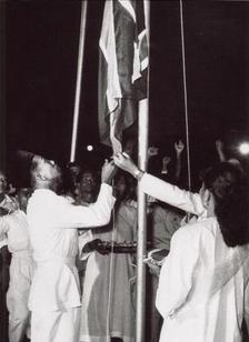 1957年8月30日,英国国旗在吉隆坡的Selangor Club Padang被降下。——照片版权为Arkib Negara Malaysia 所有