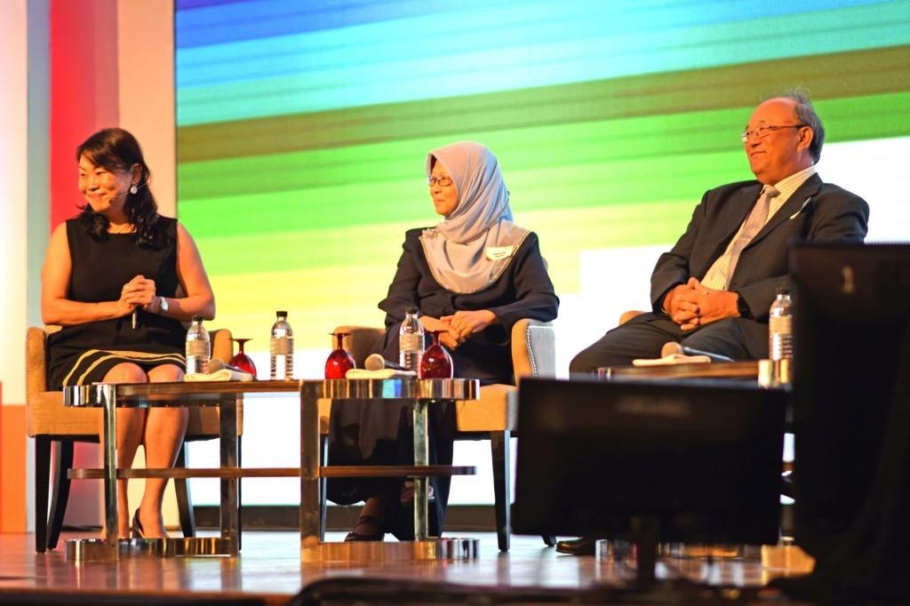 长乐集团首席执行长叶凯蓉(左)主持该场主题演讲。左二起依次为Toh Puan Dr Safurah Jaafar及拿督司帝王。