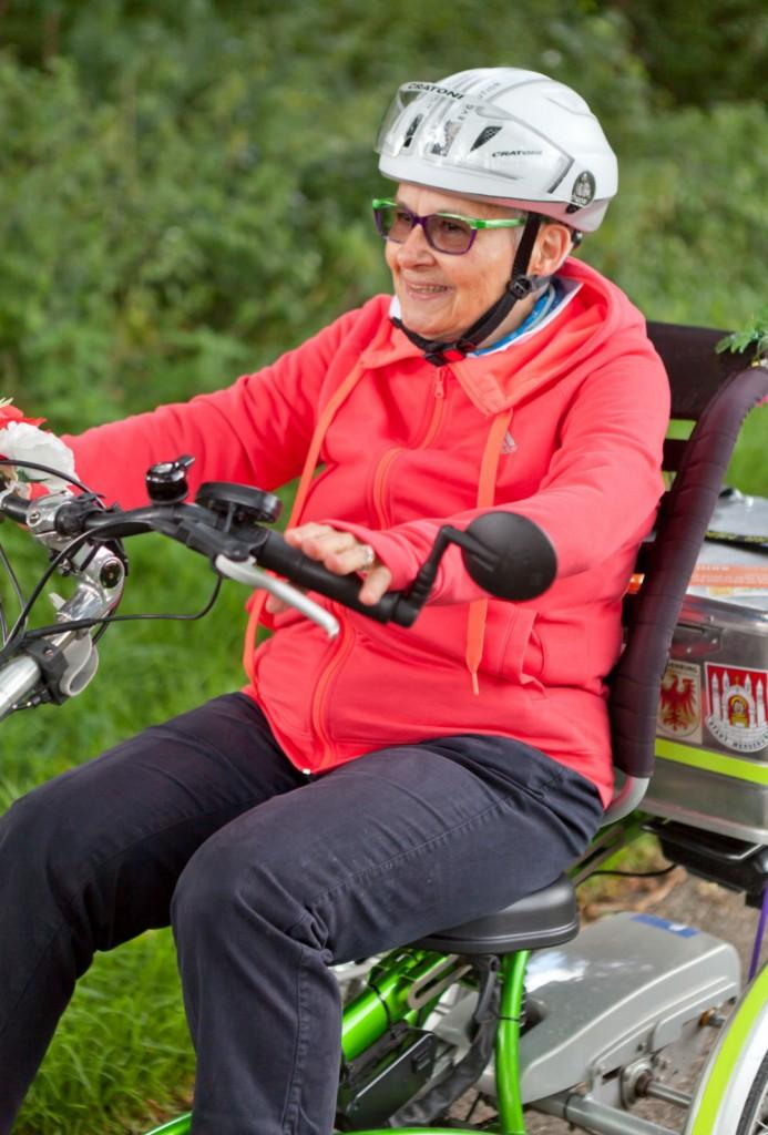 """""""德国长者奖""""获得者、76岁的慕尼黑婆婆骑着三轮车贯穿德国南北,她希望社会看到长者对生活的好奇心和对生命的热枕。摄:Robert Bosch Stiftung/Traube 47"""