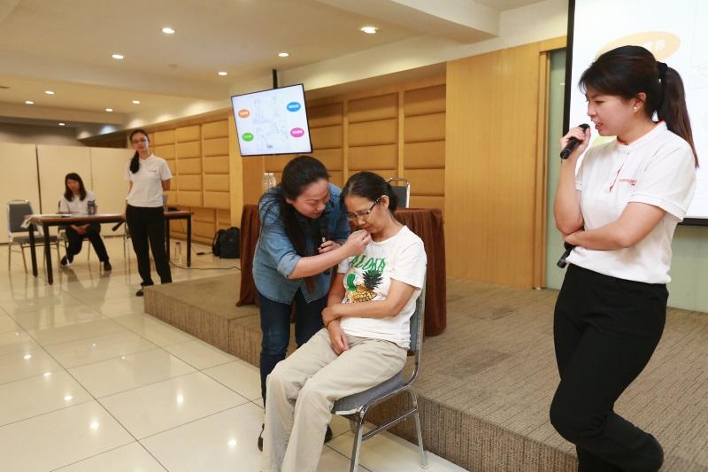 参与者在陈紫苓(右一)的教导下,示范如何照顾失智症患者。(图:星洲日报)