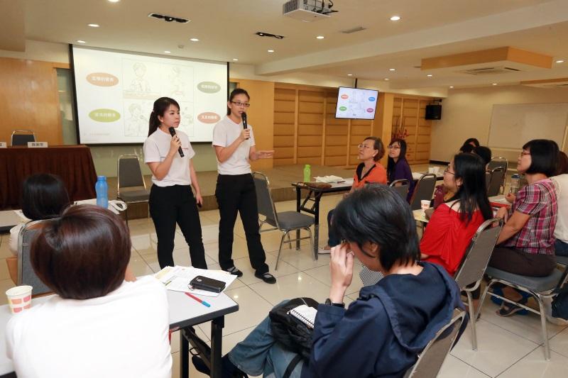 陈紫苓(左)及彭燕芬与出席者分享初期失智症患者关怀与照顾需注意的事项。(图:星洲日报)